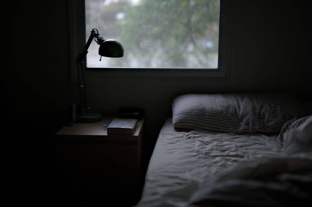 Een bed in een kamer